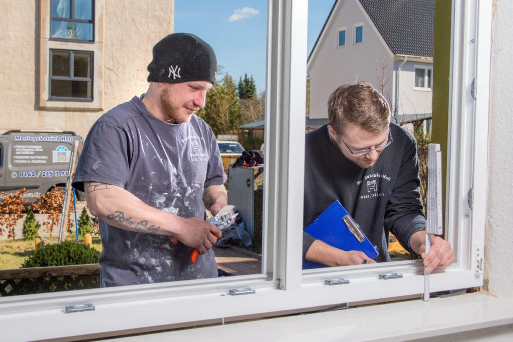 Arbeiter bei der Fenstermontage