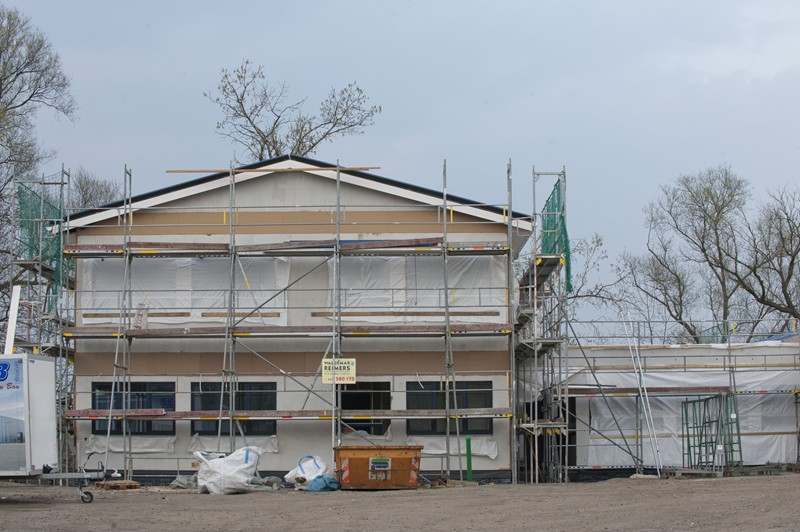 Außenansicht eines Hauses mit einem Gerüst an der Fassade