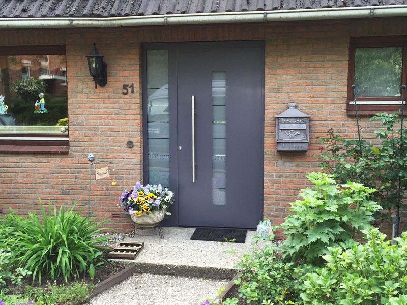 eingebaute Eingangstür mit Glasbestandteilen in Kiel