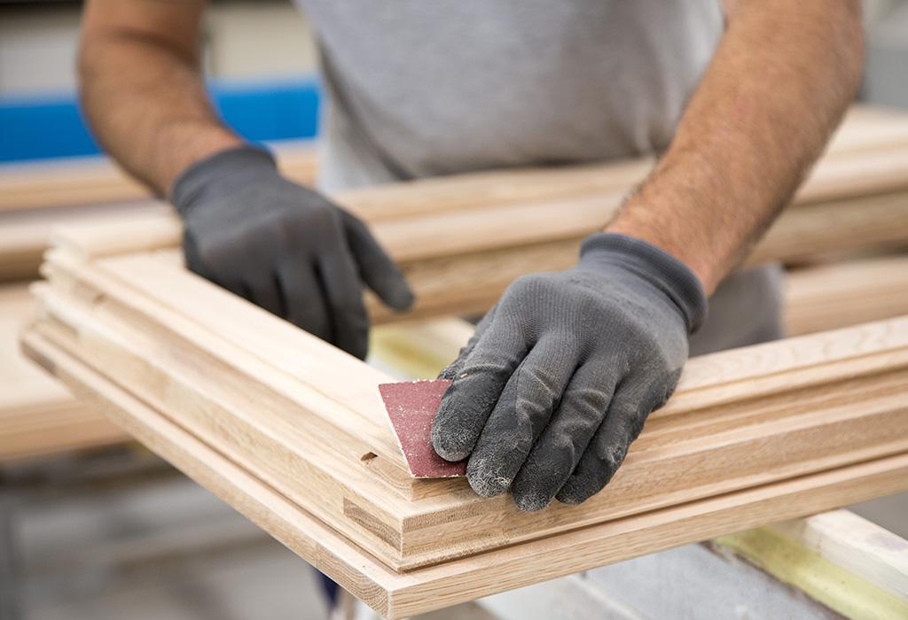 Schleifen eines individuell angefertigten Holzfensters