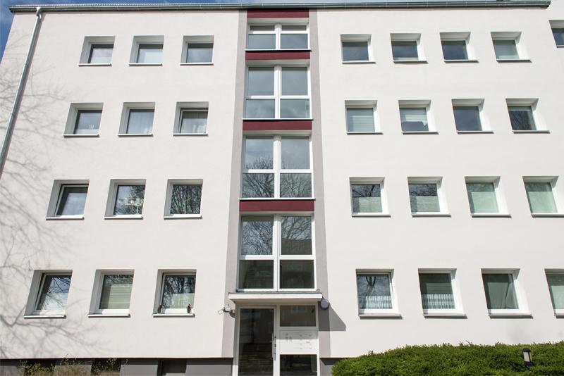 weiße Kunststofffenster an einem Wohnhaus