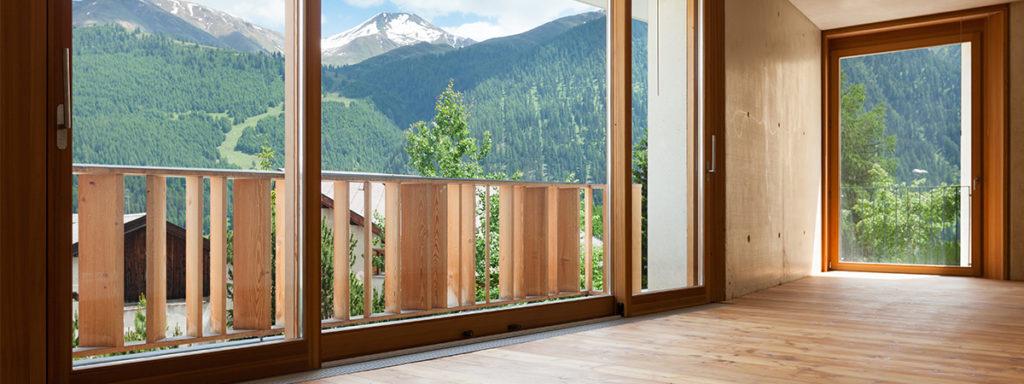 Holzfensterfront mit Bergaussicht